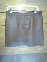 spódnica ze skóro-podobnego materiału.