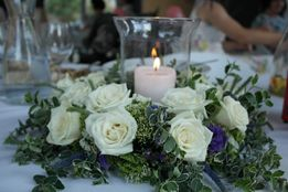 Wianek na stół, dekoracja na stół, ślub, wesele, żywe kwiaty, świeca