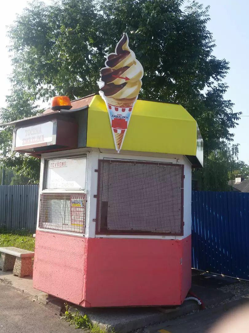 Zařízený stánek na točenou zmrzlinu 0